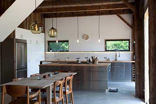 foto de cozinha americana conjugada com a sala de jantar decoradas rusticamente