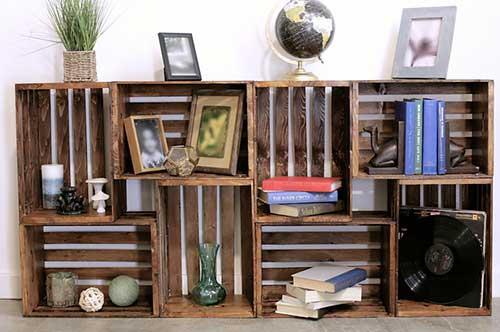 aparador com nichos feito com caixa de madeira