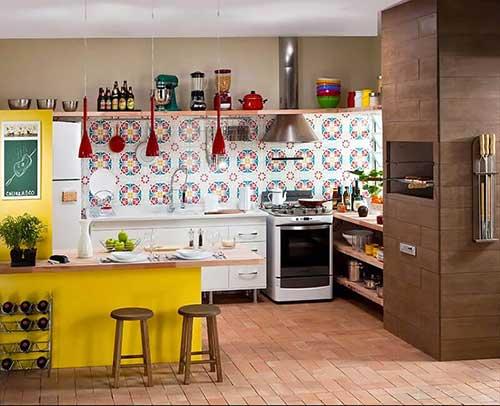cozinha americana conjugada a sala com decoração colorida