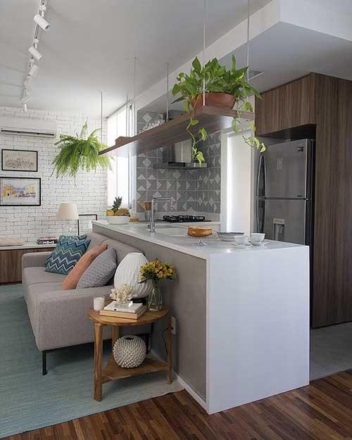 cozinha americana conjugada a sala de estar separada por balcao