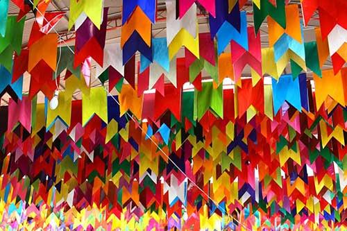 bandeiras coloridas em papel crepom pra festa junina