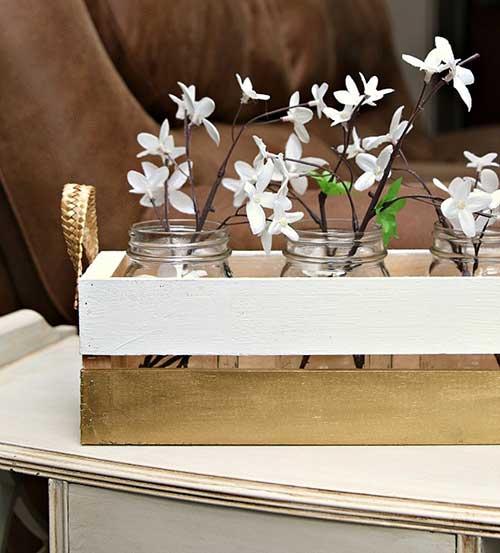 imagem de decoracao de caixa de madeira nas cores branca e dourada