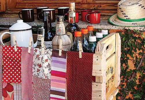 festa junina decorada com caixas de madeira
