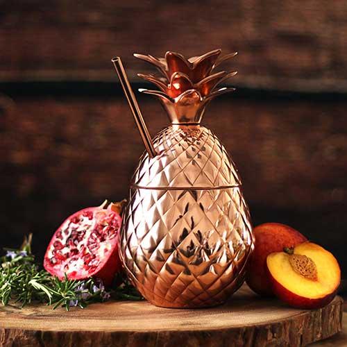 objeto para fazer drinks em formato de abacaxi de cobre