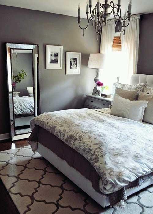 quarto confortavel com cortinas brancas