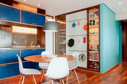 foto de cozinha americana colorida junto de uma sala de jantar
