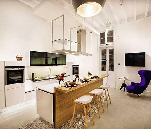 cozinha americana pequena integrada com a sala sem sofa