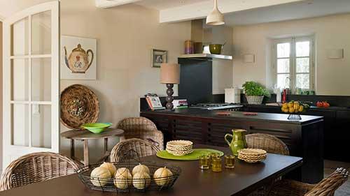 sala de jantar junta com a cozinha americana em cores escuras