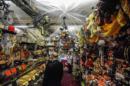 loja de doces pequena com decoracao para dia das bruxas