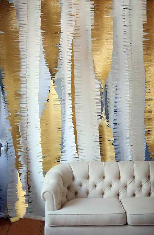 decoracao para sala de estar com papel dourado