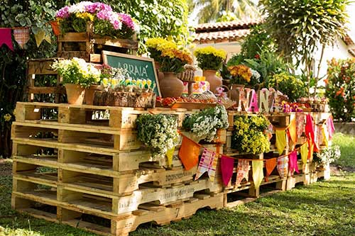 festa junina decorada com pallets