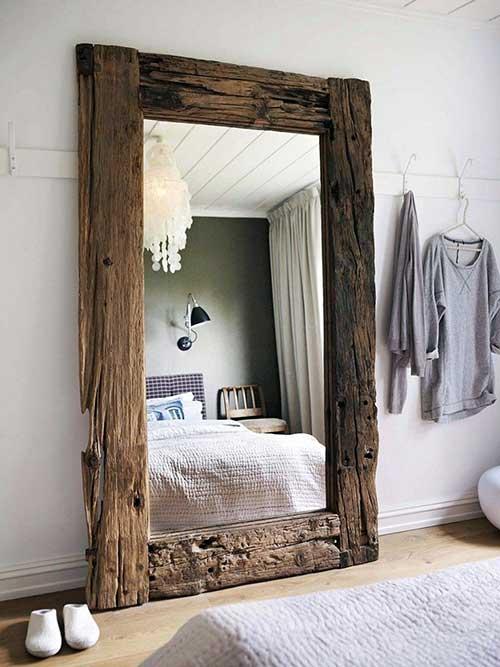 quarto com espelho grande em madeira