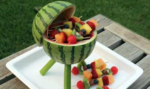 foto de decoracao com espetinho de frutas e melancia