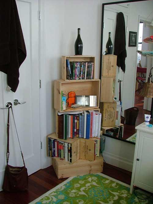estante de livros e revistas para quarto feita com caixa de bebida