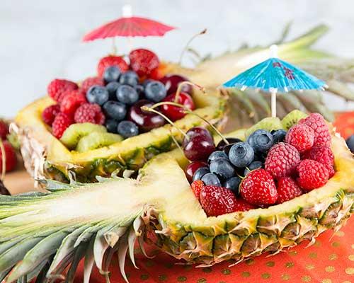 imagem de prato em forma de abacaxi com frutas