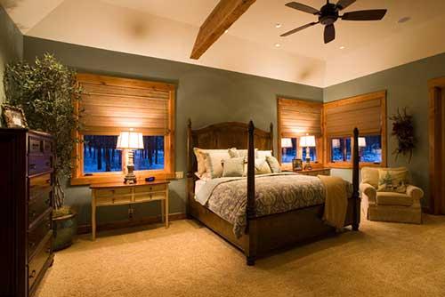 quarto aconchegante e elegante com janelas de madeira