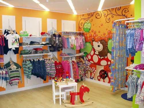 loja de roupas infantil pequena e colorida