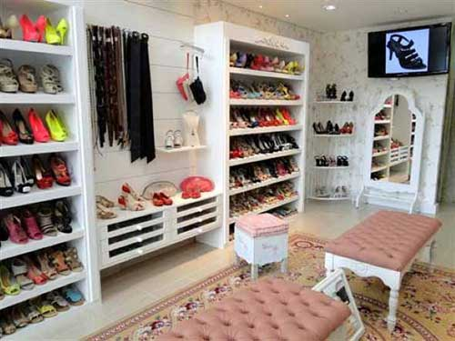 loja de calçados pequena com bancos