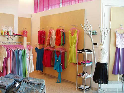 decoracao clean para loja feminina de roupas