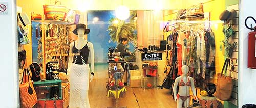 loja feminina de roupas de praia decorada