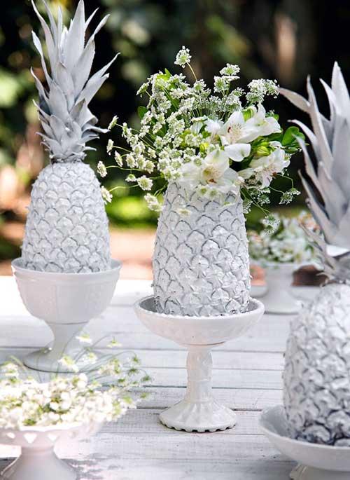 abacaxi pintado de prata para decorar mesa de ano novo