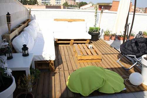 terraço decorado com moveis em pallet