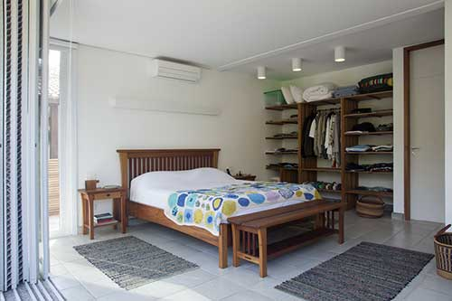 quarto rustico na casa de praia com moveis de madeira