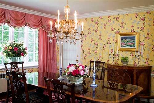 sala de jantar antiga, retro e vintage com papel de parede floral