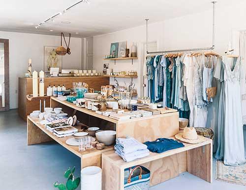 decoracao clean para loja feminina pequena de roupas e variedades