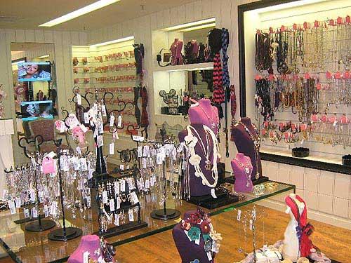 ideias e opçoes para decorar loja de bijuteria pequena