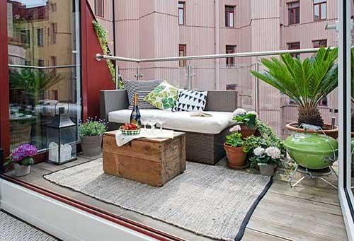 imagem de terraço pequeno decorado com churrasqueira de chao