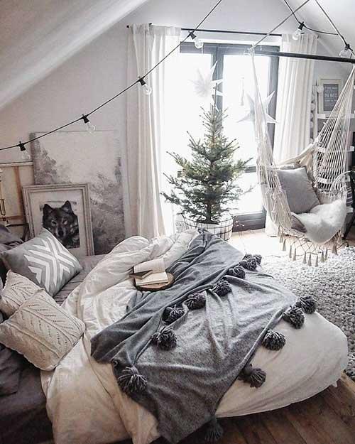 quarto aconchegante com rede individual de teto