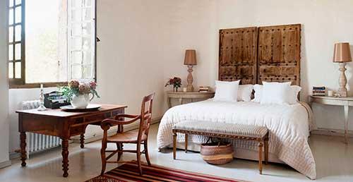 quarto rustico branco com movel de madeira
