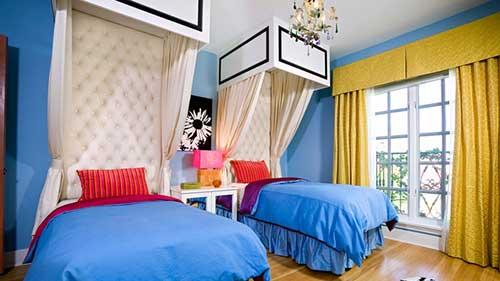 quarto de gemeos azul com cortina amarela