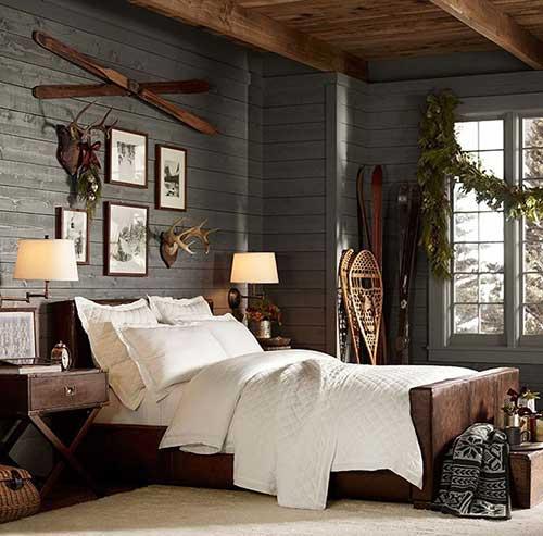 quarto de casal romantico com enfeites em madeira