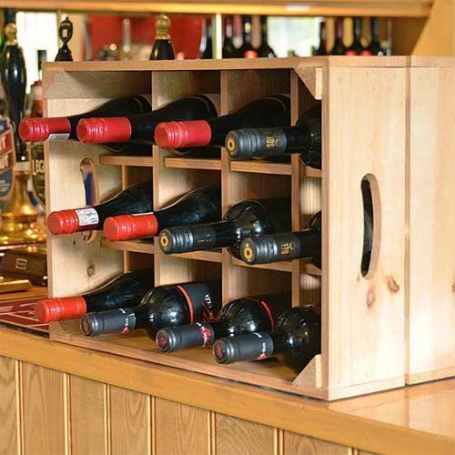 imagem de rack de vinhos feito de caixa de frutas