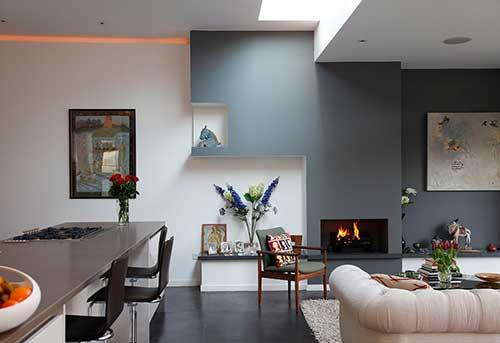 cozinha integrada a sala de estar decorada com nichos, quadros e esculturas