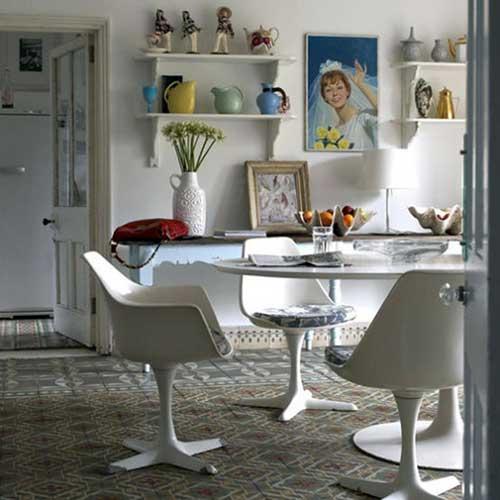 sala de jantar retro com piso laminado e quadros na parede