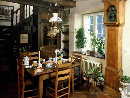 sala de jantar antiga com moveis de madeira e relogio grande