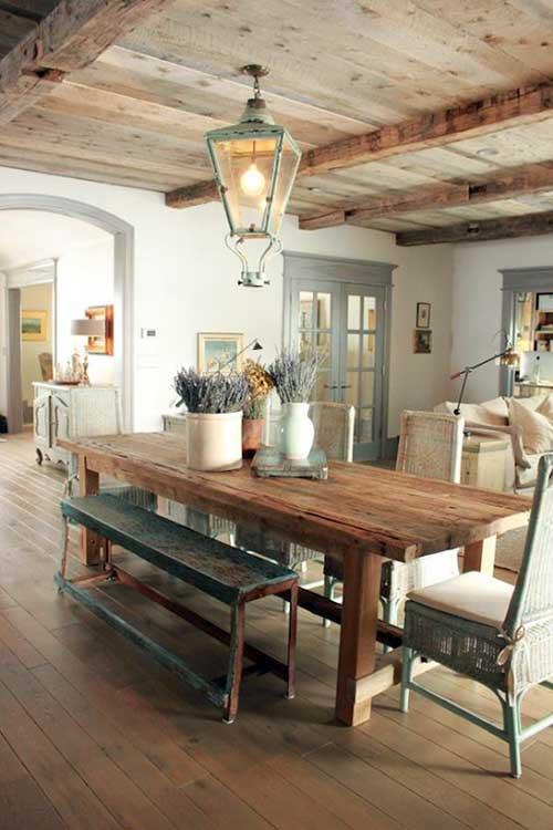 sala de jantar rustica com bancos em madeira antiga