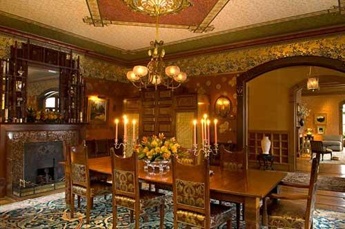 sala de jantar antiga vitoriana marrom e dourada