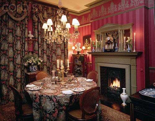 sala de jantar vitoriana pequena em tons escuros