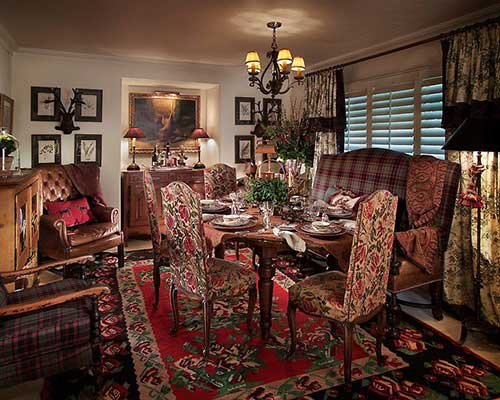 sala de jantar elegante decorada com tecidos e panos vintage