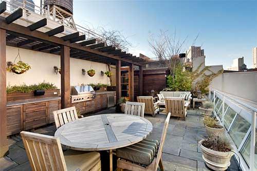 terraço com pergola em madeira e vasos de planta
