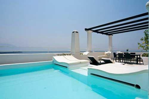 terraço com pergola e piscina de alvenaria