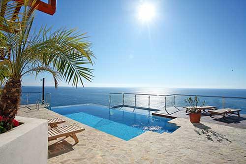 piso de pedra em terraço grande com piscina