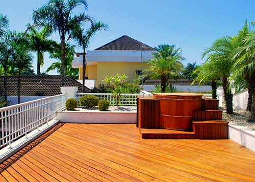 terraço amplo com ofuro e deck de madeira