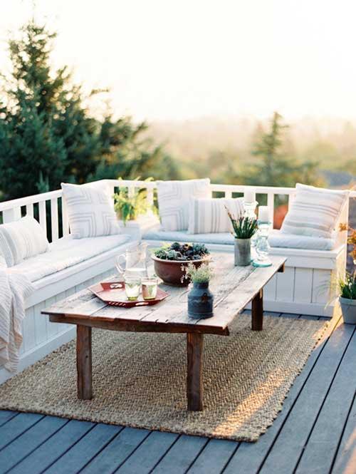 terraço decorado com moveis simples e tapete de tecido