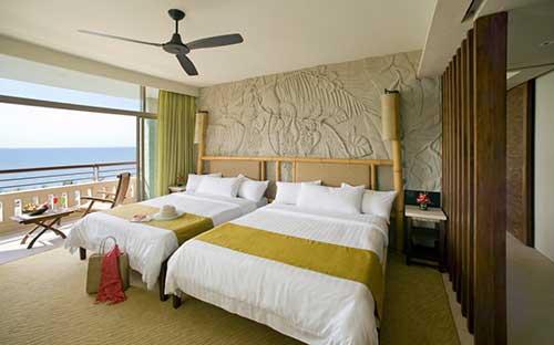 quarto de hotel decorado de forma atraente