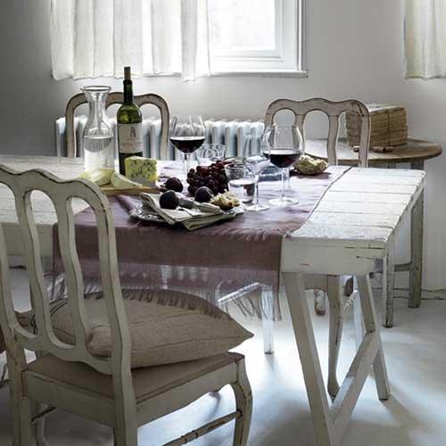 sala de jantar branca com moveis em madeira envelhecidos